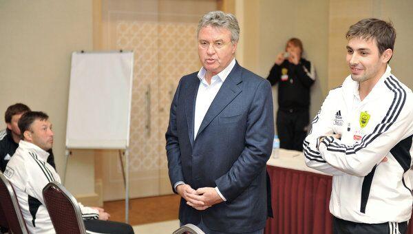 Гус Хиддинк (второй справа)
