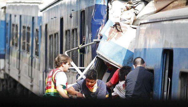 Спасатели извлекают пострадавших в результате аварии в Буэнос-Айресе