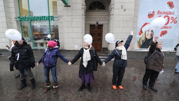 Участники акции Большой белый круг в Москве