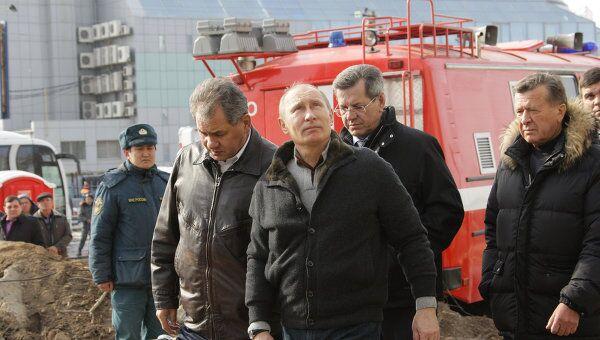 Премьер-министр РФ В.Путин побывал у частично обрушевшегося дома в Астрахани