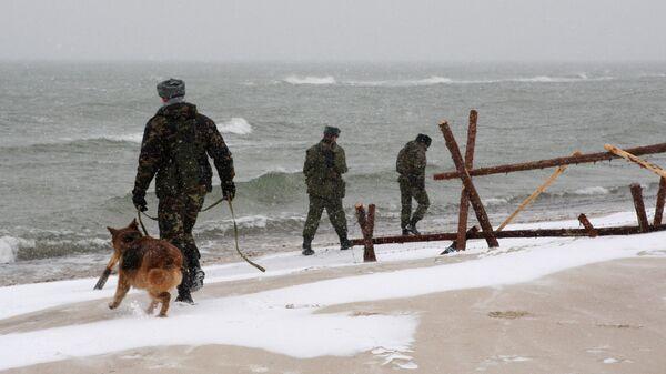 Пограничники с собакой патрулируют границу с Литвой в районеКуршской косы
