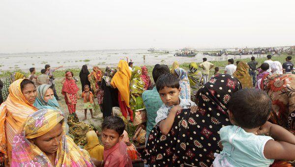 Родственники людей, находившихся на пароме, который затонул в Бангладеш