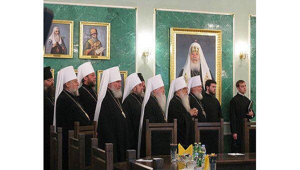 Члены Священного Синода в Даниловом монастыре перед началом очередного заседания Синода