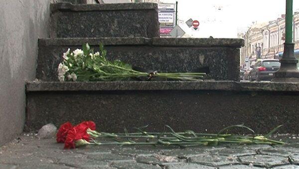 Москвичи несут цветы к посольству Белоруссии в память о казненных за теракт