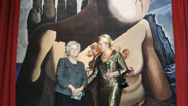 Супруга президента России Светлана Медведева и директор ГМИИ имени А. С. Пушкина Ирина Антонова на выставке работ Сальвадора Дали. 2011 год