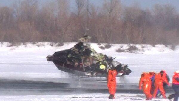 Вытащить из реки упавший вертолет спасателям удалось со второй попытки