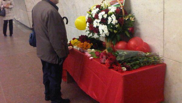 Люди приносят цветы в память о погибших при взрывах в московском метро. Станция Лубянка
