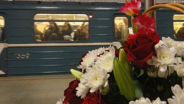 Москвичи несут цветы и свечи в память о жертвах терактов в метро