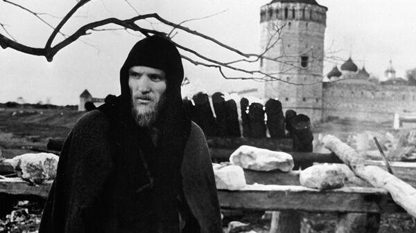 Анатолий Солоницын на съемках фильма «Андрей Рублев»