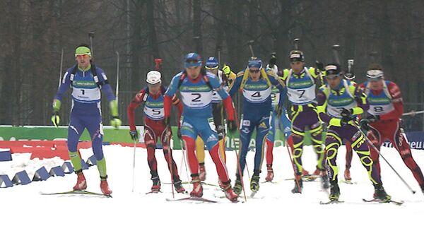 Звезды биатлона сражались в гонке чемпионов в Москве под дождем