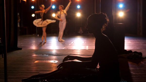 Балерина наблюдает за выступлением танцовщиков балетной труппы Мариинского театра. Архивное фото