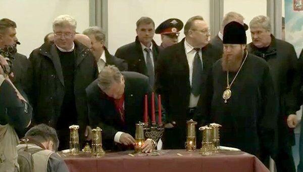 Благодатный огонь доставили в Москву в специальных лампадах