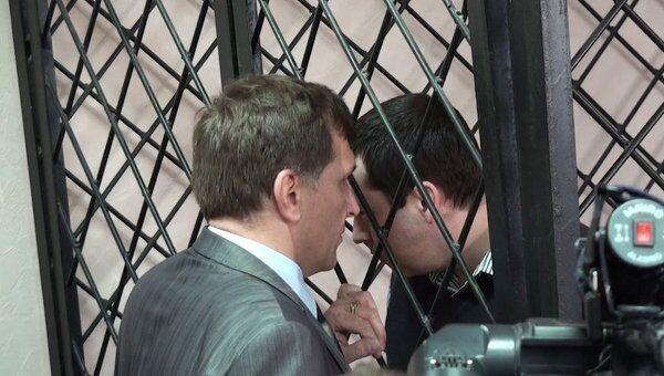 Бывший кущевский милиционер шептался с адвокатом после оглашения приговора