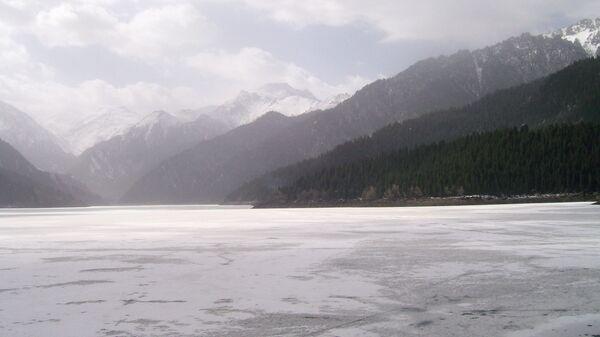 Озеро Тяньчи (Небесное озеро) в Синьцзян-Уйгурском автономном районе Китая