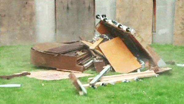 Студенты сбросили фортепиано с крыши общежития на рояль
