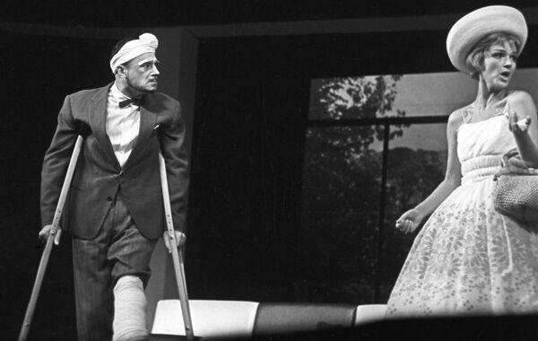 Артисты В. Этуш и Ю. Борисова в сцене из спектакля Миллионерша