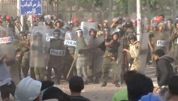 Демонстранты закидали камнями полицию в Каире