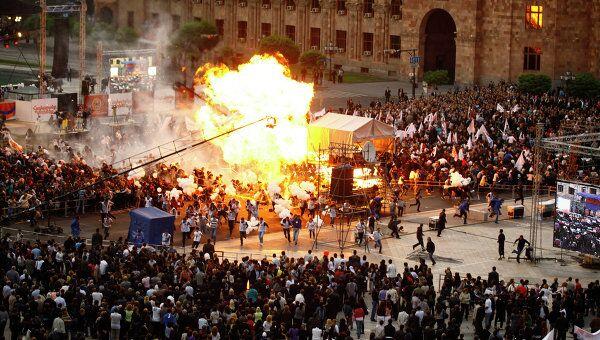 Взрыв шаров с газом на митинге в Ереване