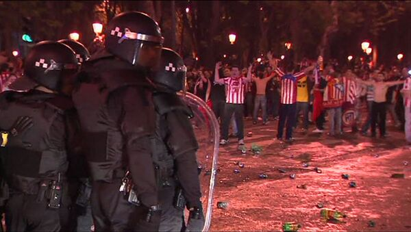 Футбольные фанаты забросали полицейских бутылками в Мадриде