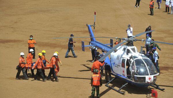 Индонезийские спасатели несут останки тел погибших в крушении российского самолета Sukhoi SuperJet-100.