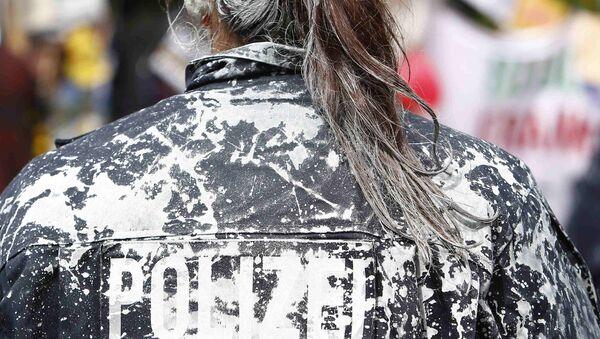 Активисты Захвати Франкфурт облили полицию краской за разгон лагеря