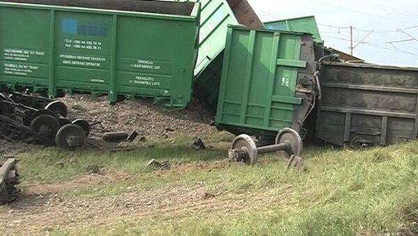 Вагоны грузового поезда сошли с рельсов в Крыму и разломились на части