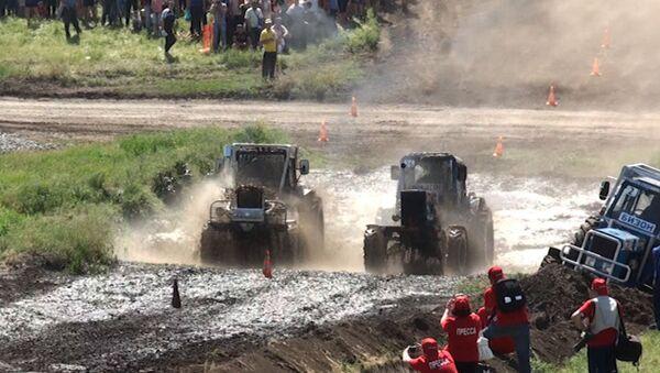 Трактористы устроили ралли по ухабам и грязи