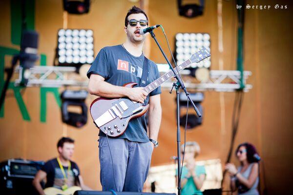Иван Ургант исполнил песни с дебютного альбома в московском парке