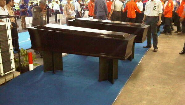 Гробы с телами погибших на SSJ-100  в аэропорту Джакарты
