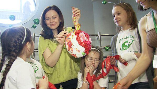 Актеры смастерили  разноцветные земли на благотворительной акции в Москве