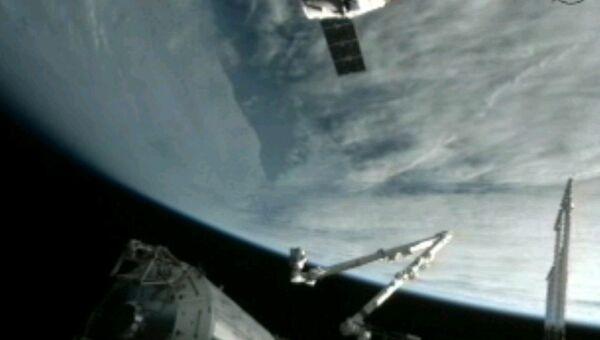 Корабль Dragon приближается к МКС
