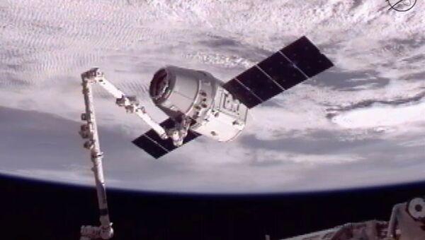 Корабль Dragon, захваченный манипулятором МКС, кадр трансляции на сайте НАСА
