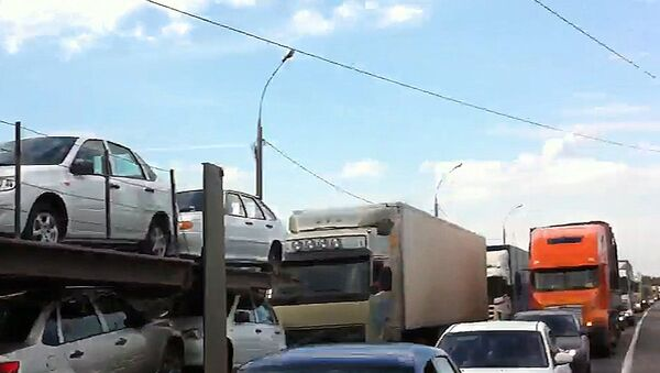Традиционный автомобильный затор на трассе в Тольятти