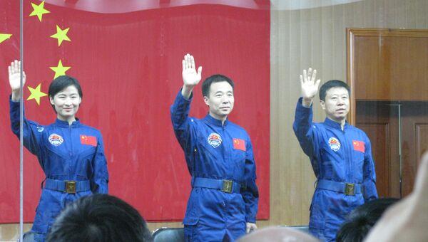 Встреча экипажа китайского космического корабля Шэньчжоу-9 с журналистами