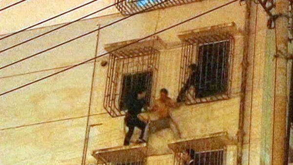 Полиция по рукам и ногам связала пытавшегося спрыгнуть с высотки