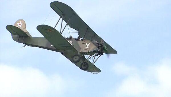 Биплан ПО-2 времен ВОВ на авиашоу лучших пилотов мира