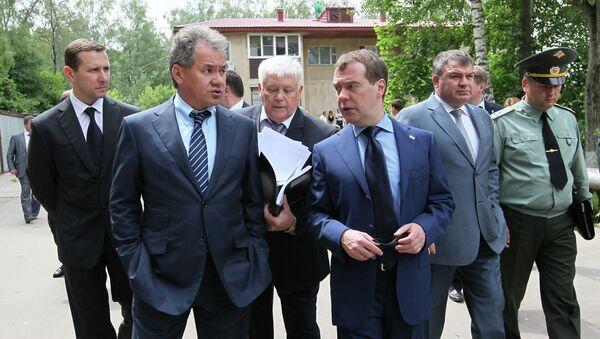 редседатель правительства России Дмитрий Медведев (в центре) осматривает поселок Петровское перед совещанием по вопросам передачи имущества Минобороны
