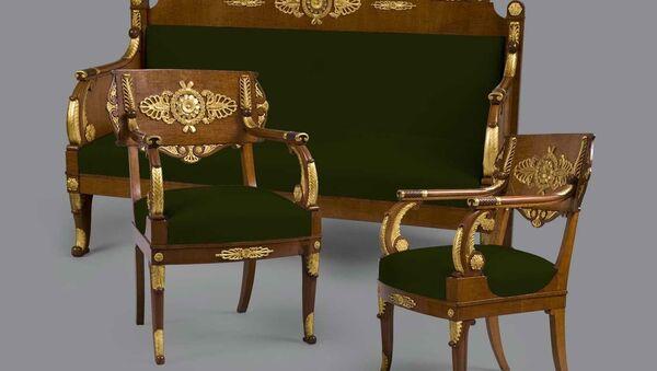Диван и кресла Росси, представленные на выставке Время Ампира