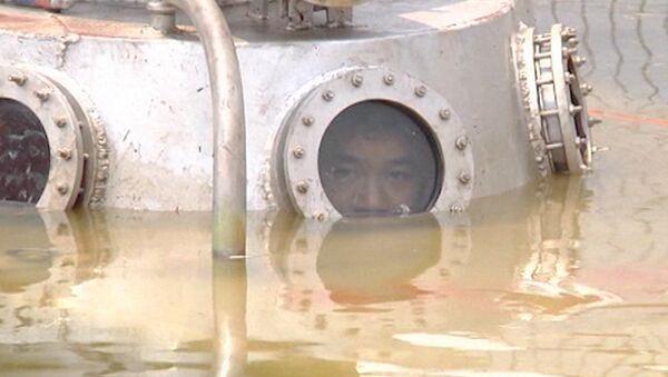 Изобретатель-самоучка опустился под воду в самодельной мини-субмарине
