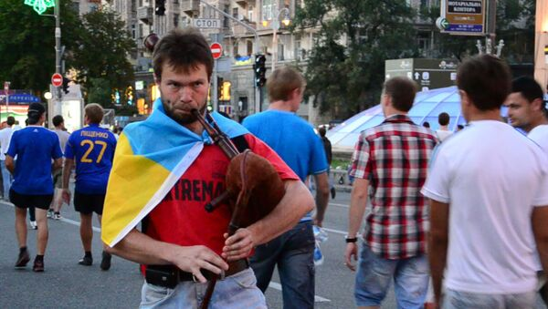 Волынки и сражение сухими красками: как Киев прощался с Евро