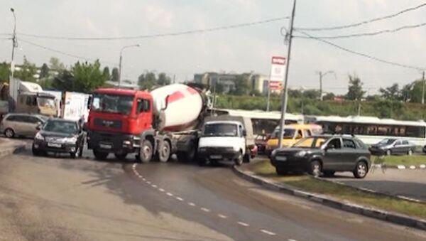 ДТП с участием бетономешалки парализовало движение на северо-западе Москвы