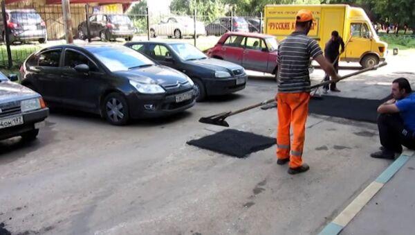 Дороги как лоскутное одеяло: во дворах Москвы продолжается ямочный ремонт