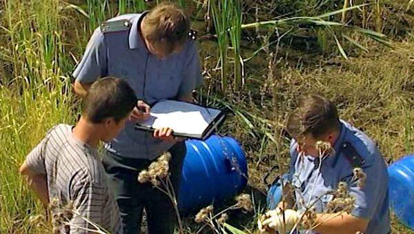 Оперативники осматривают найденные бочки с человеческими эмбрионами в лесу близ города Невьянска Сведловской области