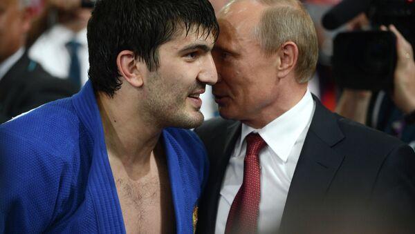Президент России Владимир Путин поздравляет россиянина Тагира Хайбулаева