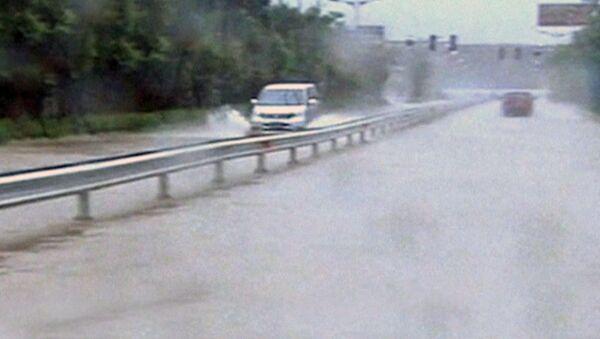 Потоки воды захлестнули улицы городов из-за тайфуна на востоке Китая