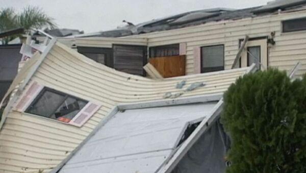 Шторм Исаак грозит стать ураганом и рушит дома в США