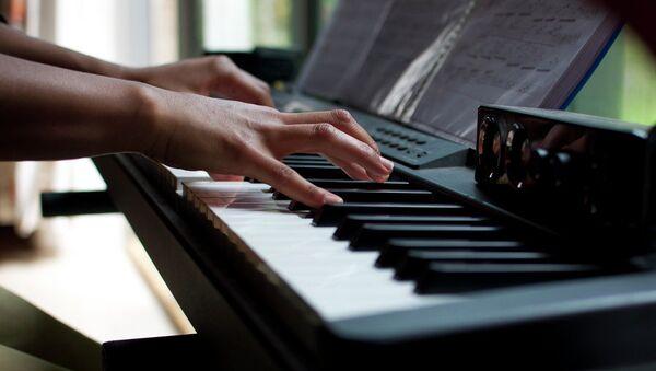 Девушка играет на фортепьяно