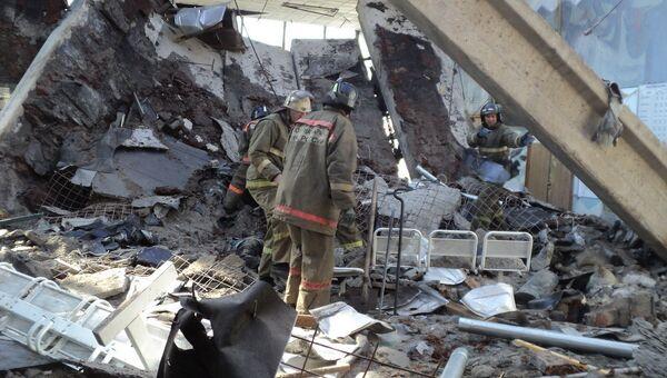 Разбор завалов на месте обрушения крыши автовокзала в Кузбассе