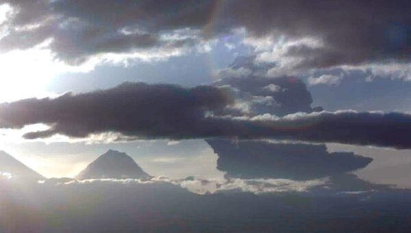 Пепловый шлейф от взрывного извержения вулкана Безымянный на Камчатке