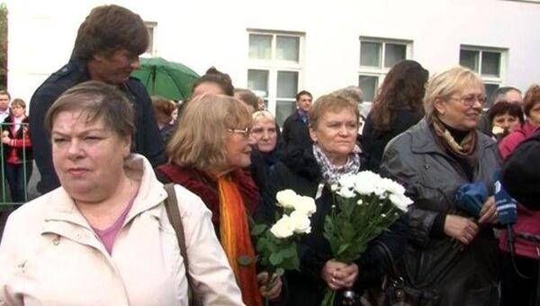 Люди несут цветы к театру Современник, где прощаются с Игорем Квашой